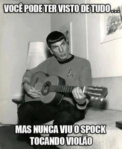 Spock tocando violão